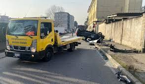 Incidente incrocio via Borsa oggi a Monza: auto si ribalta