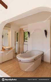 Elegantes Schlafzimmer Mit Badewanne Stockfoto Zveiger 158201542