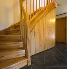 Ein regal mit integriertem garderobenschrank und treppenaufgang zum schlafbereich. Regal Unter Treppe Caseconrad Com