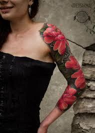 красные цветы на руке у девушки фото татуировок