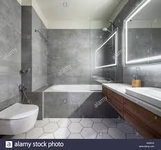 Modernes Badezimmer Mit Grauen Und Weißen Fliesen Es Gibt Einen