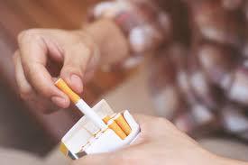 Rokok Kretek vs Rokok Filter: Mana yang Lebih Berbahaya? | Hello Sehat