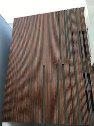 Outro motivo para aderir às fachadas de madeira é o isolamento acústico proporcionado por esse tipo de material. Madeira Cumaru Revestimento Fachada E Deck