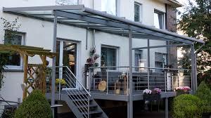 Wie können balkone im herbst und winter gestaltet werden? Metallbau Van Lipzig Aussentreppe Mit Uberdachter Balkonanlage Treppen De Das Fachportal Fur Den Treppenbau