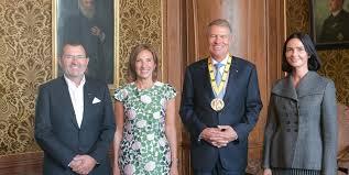 Omul de afaceri Michael Schmidt și soția sa l-au însoțit pe Klaus Iohannis în Germania la decernarea premiului Carol cel Mare. Cei doi sunt apropiații președintelui