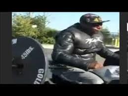 なんだかよくわからんがスゴい! 大型バイクでウイリー走行しながら Bench Press Wheelie