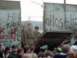 Resultado de imagem para foto O fim da Guerra Fria