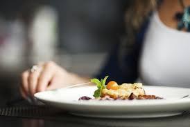 come en platos pequeños