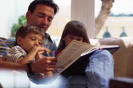 Роль отца в воспитании детей Папа читает детям книгу