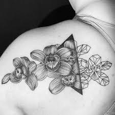 орхидеи с треугольником тату на плече у девушки добавлено иван