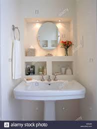 Downlight Oben Ovalen Spiegel In Der Nische über Dem Weißen Sockel