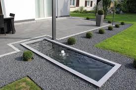 Architektonische Wasserbecken im Garten und auf der Terrasse ...
