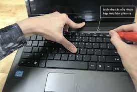 Cách tháo bàn phím laptop để vệ sinh, thay thế tại nhà