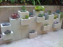 Usar blocos de concreto para fazer jardins é uma solução eficiente e até divertida, porque concilia economia, resistência e versatilidade. 5 Dicas Para Decoracao De Jardim Usando Blocos De Concreto Sigma Blocos De Concreto Pisos De Concreto Em Dourados Ms