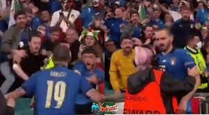 شاهد: مضيف مرتبك يمنع بونوتشي من دخول أرض الملعب بعد الاحتفال بفوز إيطاليا  – مكس بنات