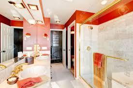 Badezimmer Mit Roten Wänden Und Begehbarer Dusche Mit Beige Fliesen