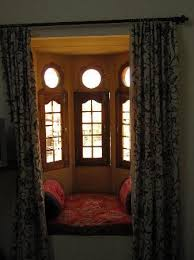 Hotel Bharat Villas: Alcove window in our room