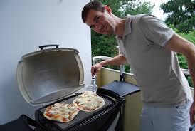 pizza auf dem grill mit pizzastein