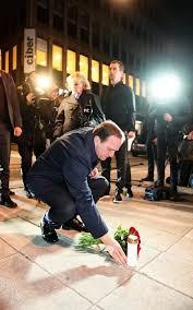 """Résultat de recherche d'images pour """"photos : attentat en Suède, Le Premier ministre Lofven pose des fleurs dans Queen Street après l'attentat terroriste."""""""