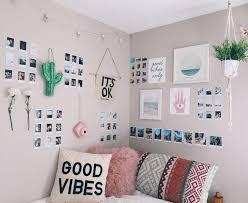 Kalian juga bisa menambahkan dekorasi sederhana seperti pigura foto dan tumbuhan dekorasi agar tingkat estetik. 14 Dekorasi Kamar Kos Estetik Mudah Dan Murah