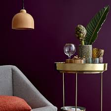 Das wohnzimmer ist der ort, an dem sich familie und freunde versammeln, um gemeinsam zu entspannen, sich entdecken sie die vielfalt der wohnzimmermöbel bei möbel inhofer und machen sie aus ihrem wohnzimmer ihren persönlichen wohlfühlort. Dunkle Wandfarbe Die Dos Don Ts Connox Magazine