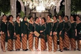 Baju seragam kerja wanita muslimah biasanya memiliki lengan panjang, sedangkan bawahannya bisa menggunakan rok panjang ataupun celana panjang. 19 Seragam Bridesmaids Terbaik Yang Bisa Ditiru Elegan Banget