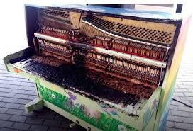 Новокузнецке вандалы девушки подожгли уличное пианино в арт сквере В Новокузнецке вандалы девушки подожгли уличное пианино в арт сквере