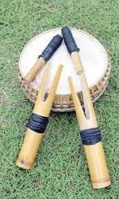 Memainkannya dengan cara dipukul menggunakan tangan atau alat yang biasa disebut stick drum. Bagaimana Cara Memainkan Alat Musik Tradisional Sasesahang Seni Musik Dictio Community