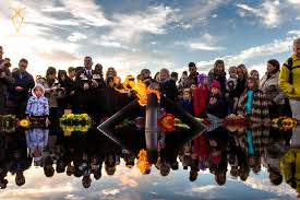 ross swanborough s portfolio anzac gallery picture essay ross swanborough the sunday times crowds looking at the eternal flame after the anzac