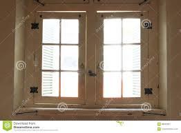 Hölzernes Altes Fenster Eingedrungen Durch Sonnenlicht Stockbild