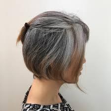 白髪の個性を生かす髪形 40代女性 白髪染めをやめてかっこいい白髪