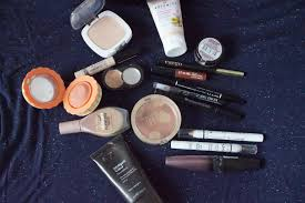 the above picture is everything apart from lipsticks which is in my bag curly it doesn t all get used on a daily basis but over the course of the week