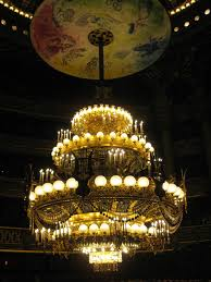 this chandelier never dropped like in phantom though many other y things reportedly happened in the opera house throughout the years