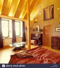 Land Schlafzimmer Neutrale Wände Schräge Decke Aus Holz Leuchten