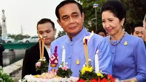 """ลุงตู่"""" ชวนคนไทยลอยกระทง เน้นรักษาสิ่งแวดล้อม"""