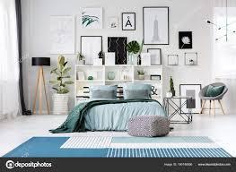 Blaues Bett Im Schlafzimmer Stockfoto Photographeeeu 190746856
