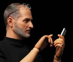 Volgens de makers is de pop ruim 30 centimeter groot en in detail nagemaakt van de echte Steve Jobs. Hij draagt zelfs een trouwring en uiteraard zijn ... - stevejobs5