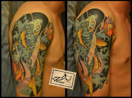 татуировка на плече у парня карп фото рисунки эскизы