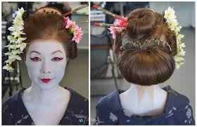 the maiko wear brightly coloured kimono which ds at the nape of the neck they wear white makeup on their