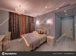 Die Leichte Großes Schlafzimmer Mit Einem Bett Kronleuchter Und