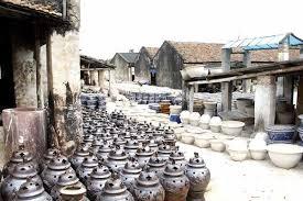 Những người trong làng gốm bát tràng đi ra