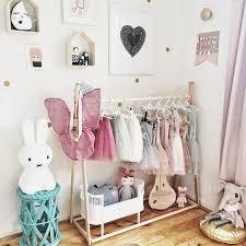 puedes utilizar estantes modernos y un escritorio pequeño para acompañar al closet