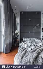 Grau Schlafzimmer Mit Doppelbett Gepolsterte Wand Und Vorhänge