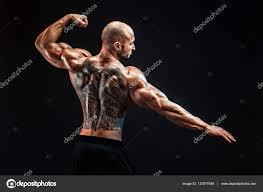 K Nepoznání Svalnatý Muž Tetování Na Zádech Proti černému Pozadí