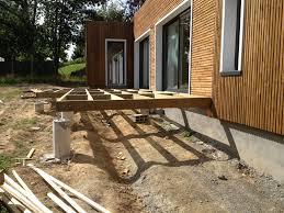 Pose De La Terrasse Une Maison Ossature Bois Bbc En Loire La Terrasse Est Posee Sur Plots Betons Sur Les Extremites Et