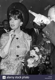 Die italienische Schauspielerin Gina Lollobrigida kommt in Berlin am 2.  Juli 1965 für das Internationale Film Kugel als Teil der XV Film Festival.  | Verwendung weltweit Stockfotografie - Alamy
