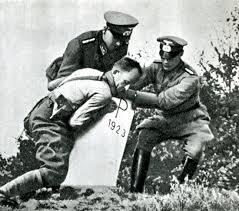 Вторая мировая война истоки и итоги к летию начала Второй  Гитлеровцы уничтожают пограничные знаки на польско германской границе 1939 г