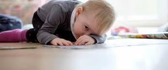 Kleinkind Liegt Auf Dem Boden Im Kinderzimmer