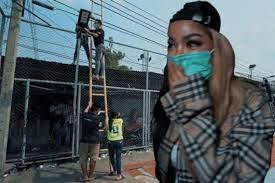 """สวยใจบุญ """"พิมรี่พาย""""ควักเงินติดไฟชุมชนคลองเตย ให้มีแสงสว่างยามค่ำคืน สยามรัฐ"""