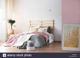 Gemütliches Schlafzimmer Mit Rosa Und Weiß Grau Zubehör Stockfoto